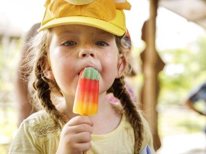 Смоктання льоду: Комаровський запропонував новий спосіб лікування дітей