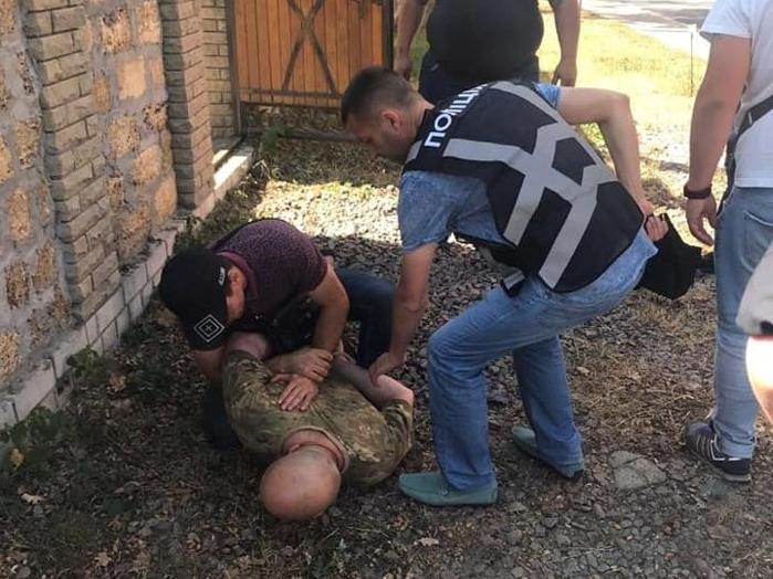 Неадекват пожбурив у поліцейських дві гранати (фото)