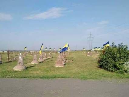 У Дніпрі з могил загиблих бійців АТО комунальники зняли прапори