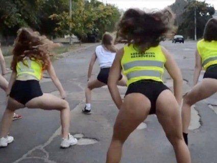 «Дупцями» по вибоїнах: дівчата станцювали тверк, вимагаючи ремонту дороги (відео)