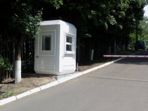 НП у Києві: при демонтажі будка впала на людину (відео)