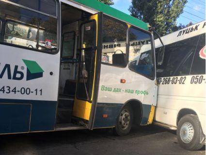 ДТП у Луцьку: 31-а маршрутка протаранила «Луцьк Експрес» (фото)