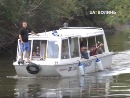 Катером по Стиру: до Луцька на «Мандрівний вішак» припливли театрали (відео)