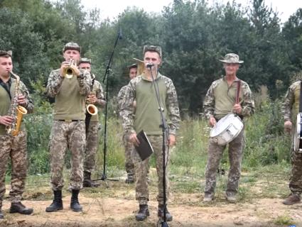 Позитив з передової: бригада «едельвейсів» утнула коломийки про «сепарів» (відео)