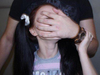 У Рівному незнайомий чоловік учепився в шию дівчинці-підлітку (фото)