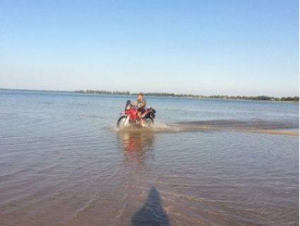 По перлині – на «моцику»: молодик гасав мотоциклом по змілілому Світязю (фото)