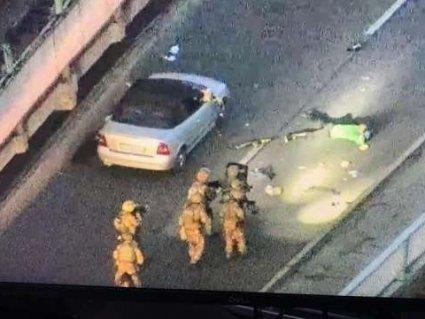 Стріляв по поліції і дронах: спецназ видовищно затримав мінера мосту в Києві (фото)