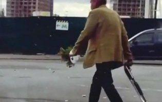 «Like a gangsta»: киян спантеличив чоловік із букетом і дробовиком (відео)