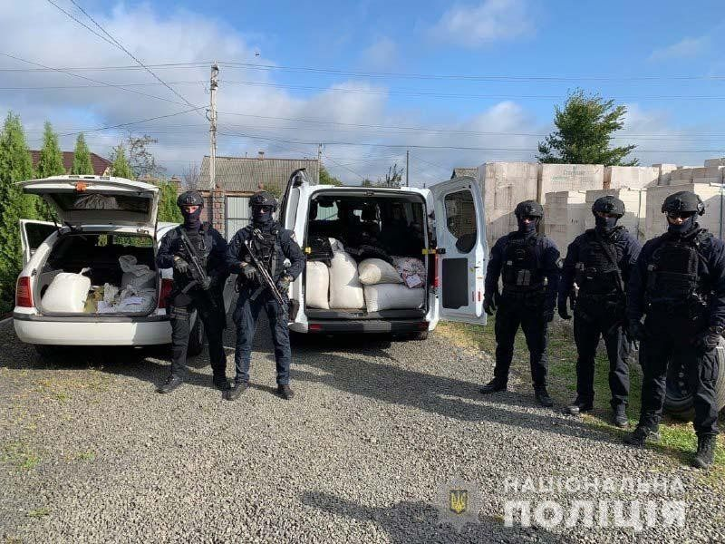 Жорсткий «шмон» на Рівненщині: затримали рекордну партію бурштину (фото, відео)