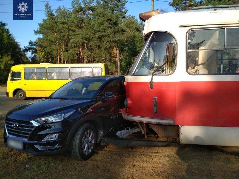 Переповнений трамвай майже розрізав автівку навпіл (фото)