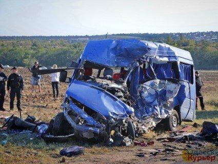 Моторошна ДТП на Одещині: при зіткненні переповненої маршрутки з масловозом загинули 9 людей (відео)