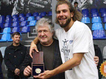 Оновив імідж: поголений Коломойський прийшов на матч до сина (фото)