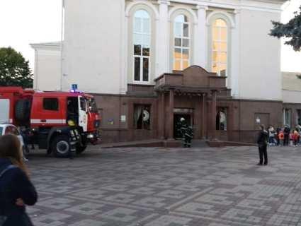 В Луцьку горить «Просвіта» у центрі міста. Людей евакуюють (фото)