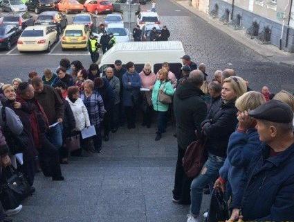 Під Луцькою міськрадою мітингують підприємці зі Старого ринку (фото)