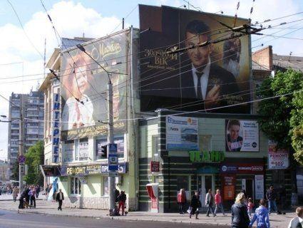 Кінець рекламному «хаосу»: центр Луцька очистять від вивісок