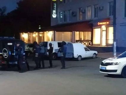 Озброєний дезертир захопив заручницю в центрі міста