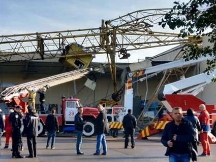 У Львові будівельний кран впав на супермаркет (фото)