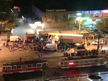 Масштабна ДТП: у Києві фура на «щіпки» рознесла зупинку (відео, фото)