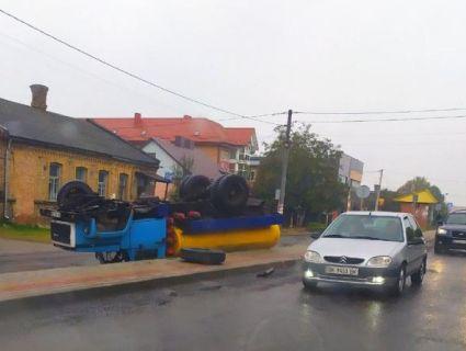 На Рівненщині «євробляхар» під градусом перекинув молоковоз (фото)