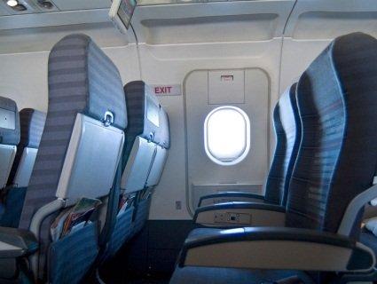 Пасажирка розчахнула аварійний люк у літаку, бо їй «стало душно» (відео)