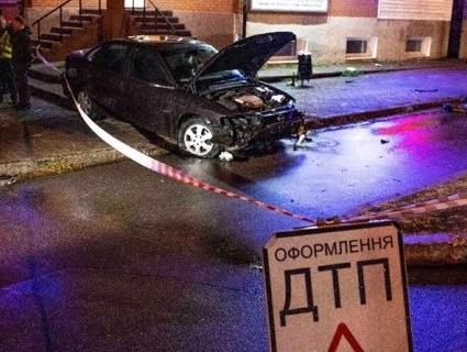 На Київщині поліцейський охорони на зупинці насмерть збив жінку