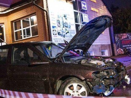 На Київщині співробітник поліції охорони в'їхав у зупинку – загинула жінка (фото, відео)