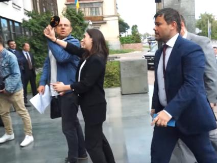 «На голову не налазить»: прессекретарка Зеленського відштовхнула журналіста (відео)