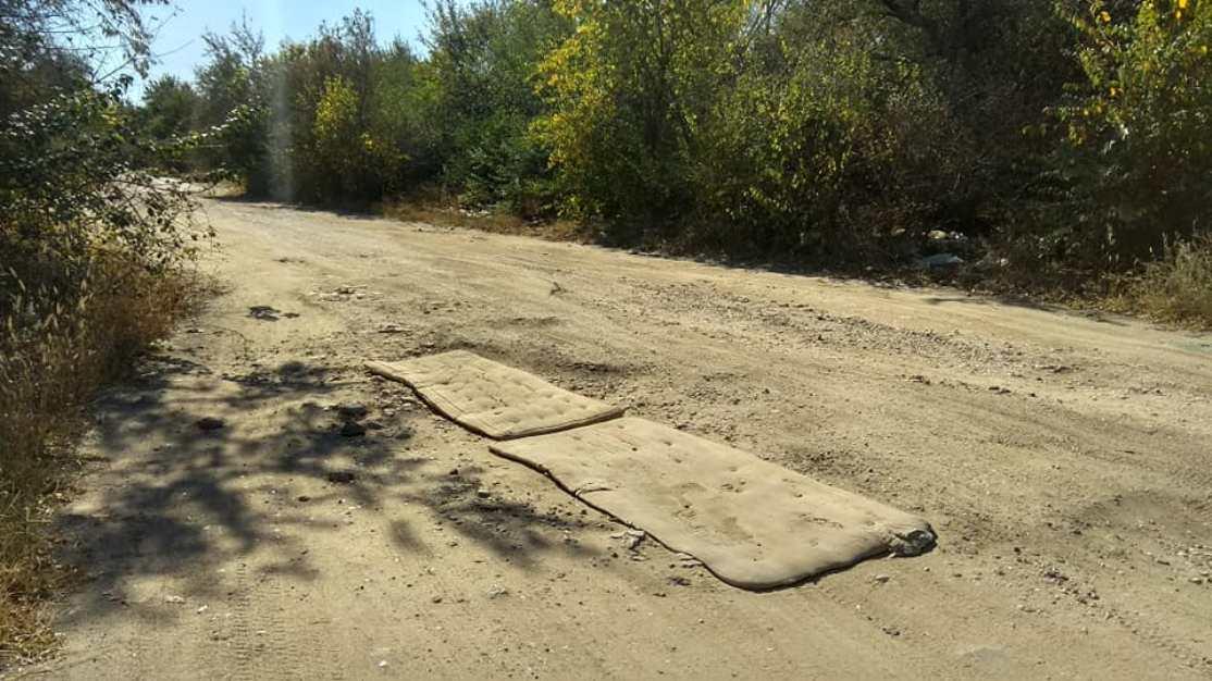 Ями на дорозі залатали старими матрацами (фото)