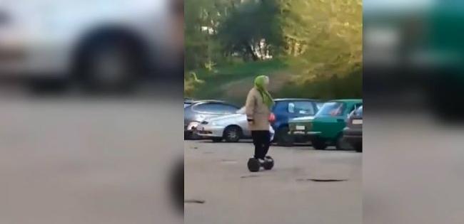 70-річна жінка вміло катається на гіроскутері (відео)