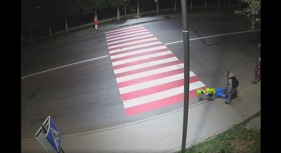 На Прикарпатті чоловік побився із манекеном школяра при дорозі (відео)