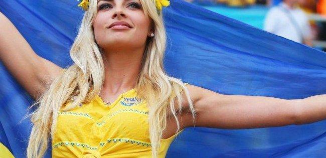 Зірка збірної України освідчився коханій на футбольному полі (фото)