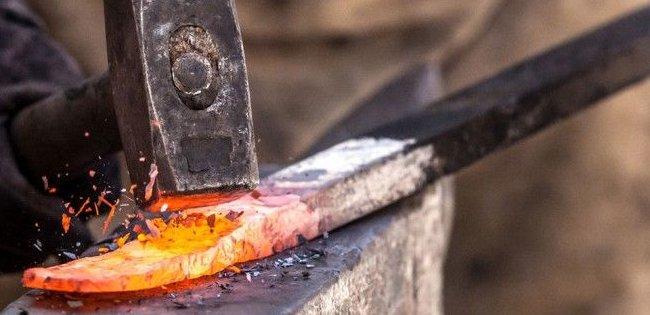 Коваль з-під Луцька бере розпечене залізо голими руками (фото)