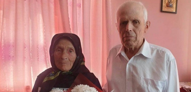 У 100 років годує сім'ю, порається по господарству та без окулярів читає Біблію
