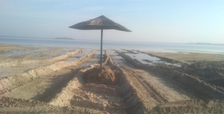 З обмілілого Світязю екскаваторами вивозять пісок (фото)