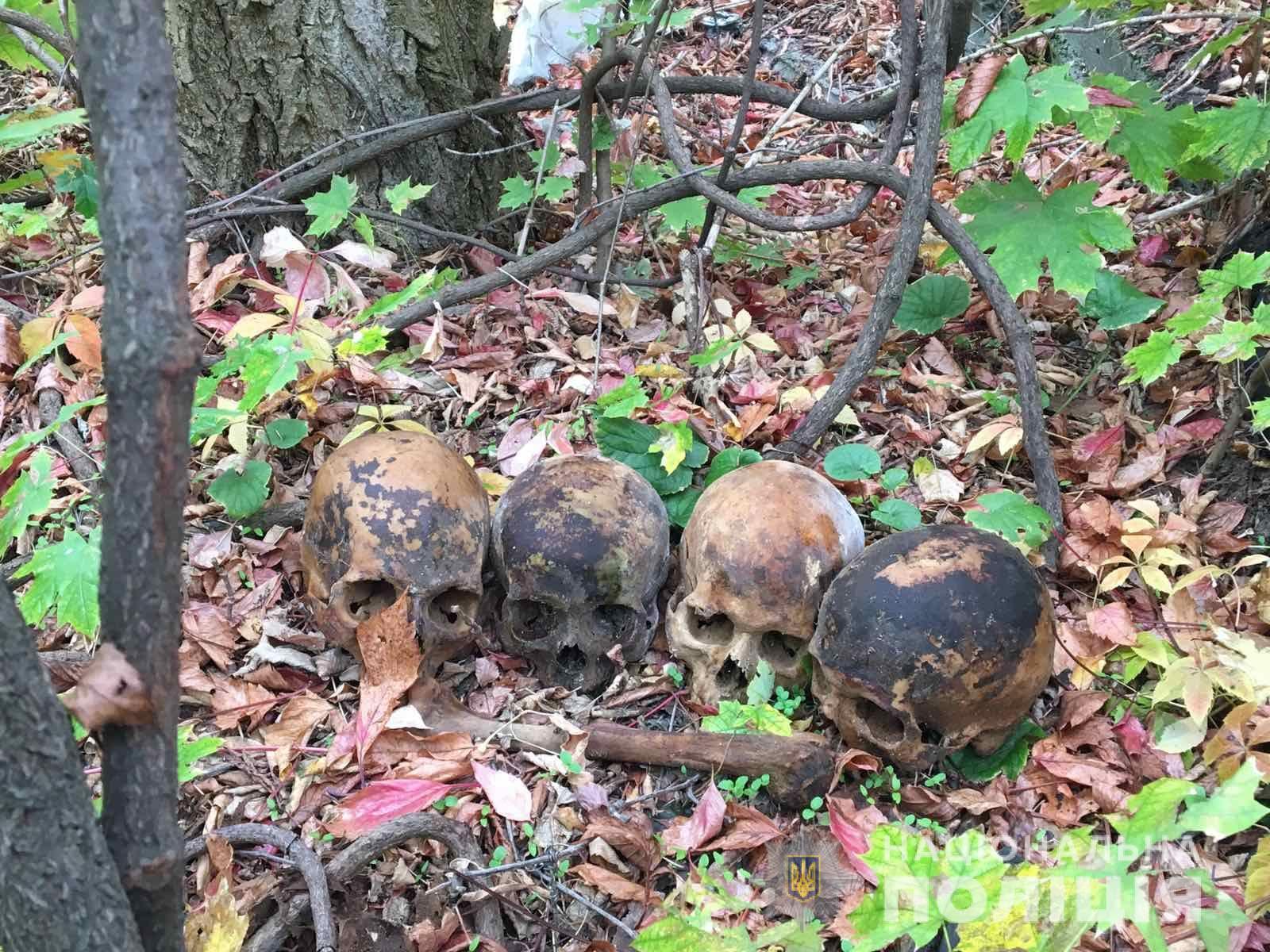 Чоловік розкопав могилу і подарував коханій людський череп (фото, відео)