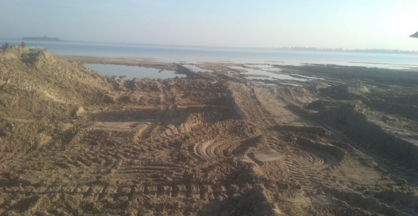 З омілілого Світязя вивозять пісок (відео)