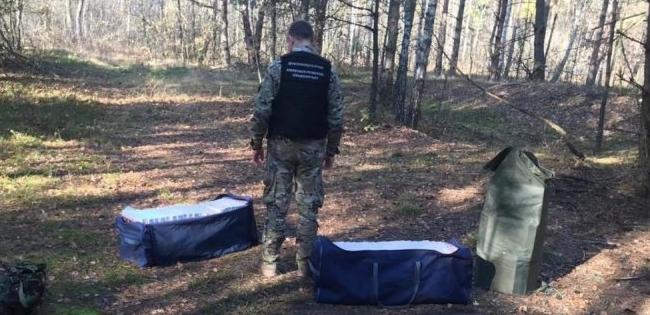 На Волині імовірні контрабандисти кинули сумки із трьома тисячами пачок сигарет (відео)