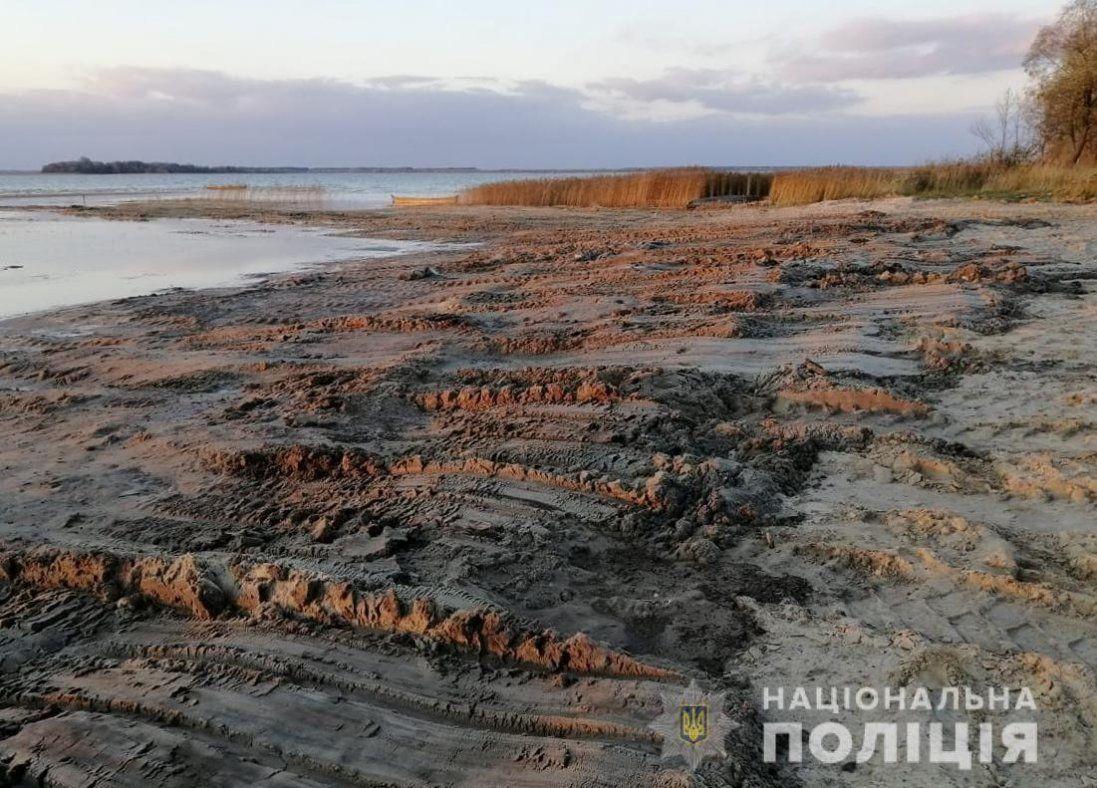 Попався негідник, який трактором гріб пісок з обмілілого Світязю (фото)