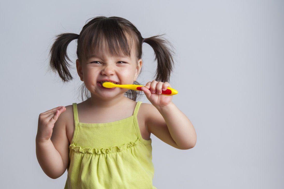 Як навчити дитину чистити зуби: 9 корисних лайфхаків для батьків