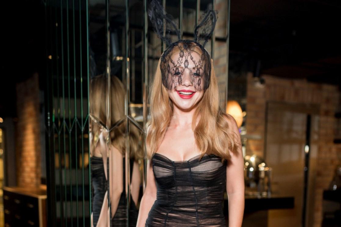 Сексуальна «зайка» Тіна Кароль у прозорій сукні «запалювала» на Хеловіні (відео)