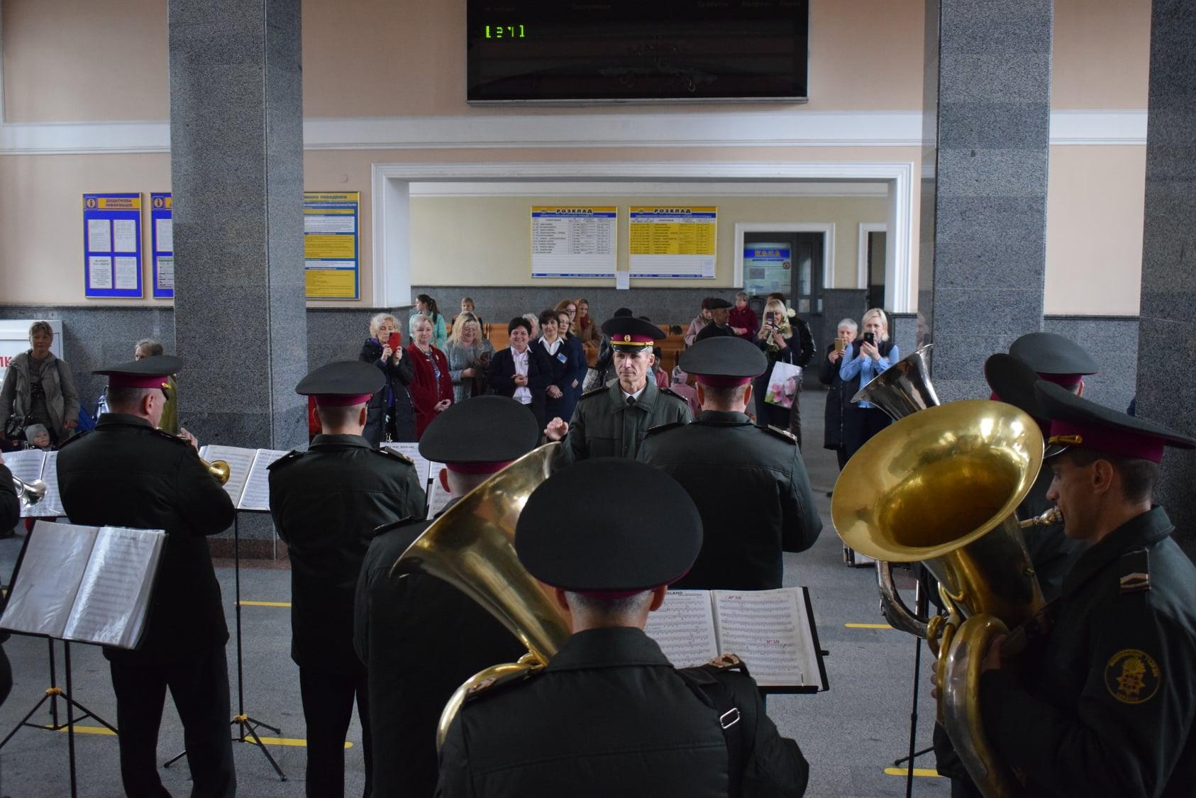 Що робили на залізничному вокзалі Луцька військові (фото)