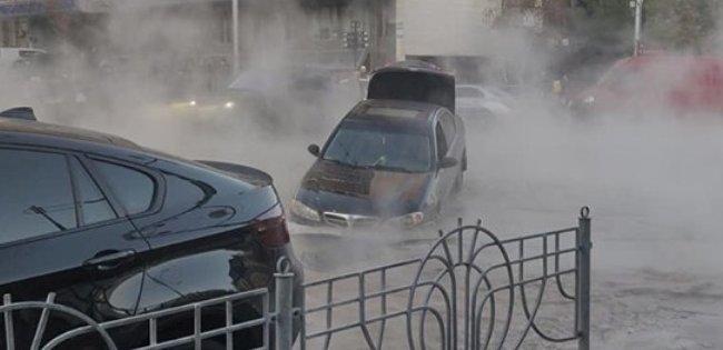 Моторошні кадри: у Києві потоки кип'ятку змивали машини під асфальт (фото, відео)