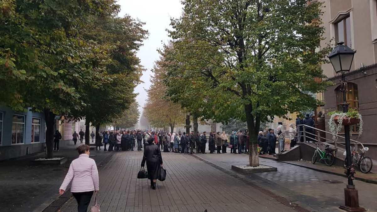 За електронними квитками в Луцьку – «кілометрові» черги (фото)