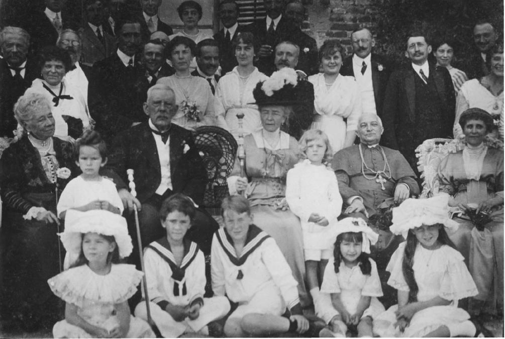 Фердинанд та Пелагія Радзивілл в оточення родини та друзів, Олика, 1914 р.