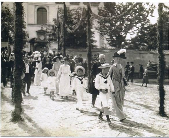 Ювіляри Фердинанд і Пелагія Радзивилл разом з внуками ідуть з костелу до замку, 1914 р.