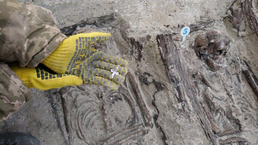 Археологи виявили рештки тіл 14 вояків УПА, закатаних в асфальт (фото)