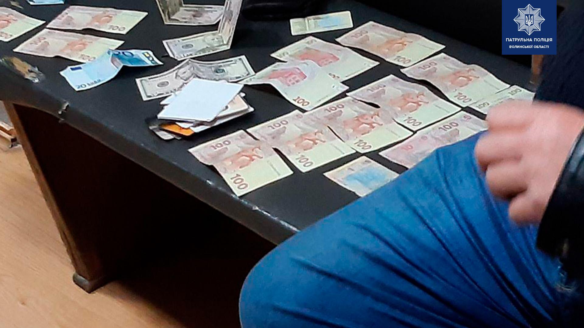 У Луцьку п'янючий водій хотів відкупитися від поліції доларами (фото)