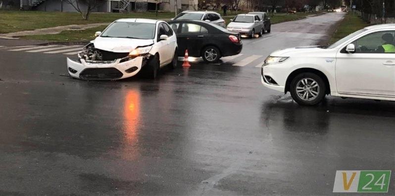 Ранкова аварія в Луцьку: зіткнулися легковик і вантажівка (фото)