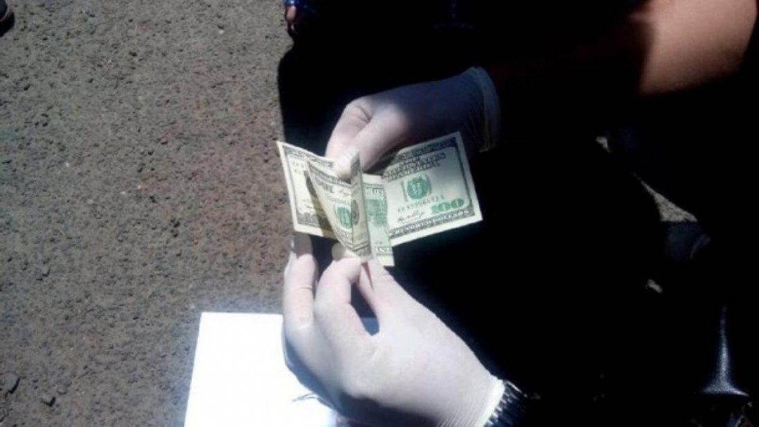 «Взяли» на хабарі: за що працівник департаменту внутрішньої безпеки поліції вимагав три тисячі доларів