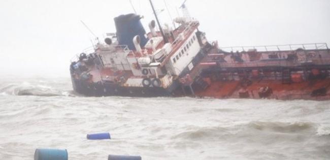 Катастрофа танкера в Одесі: все море в нафті (фото, відео)